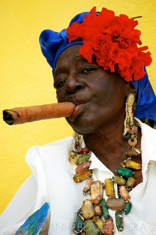 Cuba, L'Avana.  | Ritratto di una tipica donna che fuma un sigaro cubano.  © Ania Blazejewska