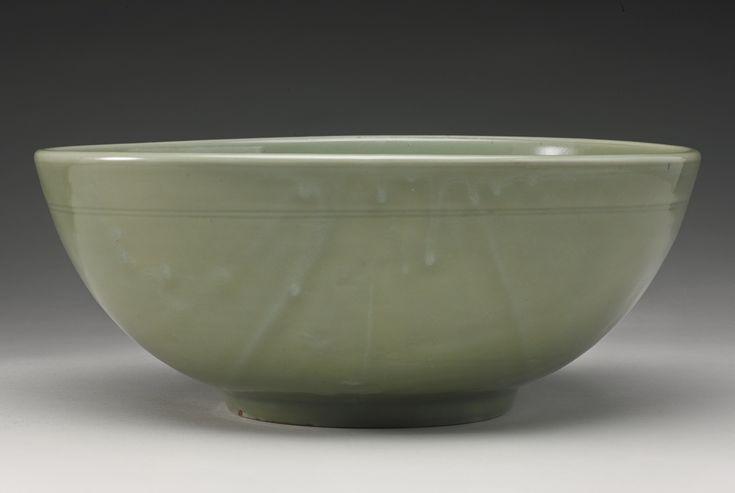 A large 'Longquan' celadon bowl, Late Yuan-Early Ming Dynasty