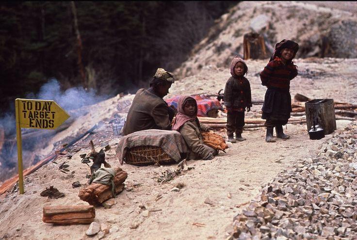 On the Road: Eric Valli Uno sguardo proibito a reietto che stanno costruendo una strada 12.400 metri nel cielo tra il Nepal e il Bhutan