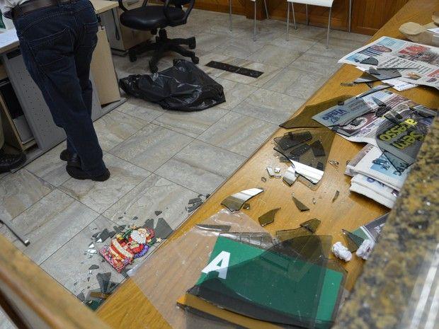 06/01/2015 - Camboriú, SC: quebra quebra na Sala de Imprensa da Prefeitura