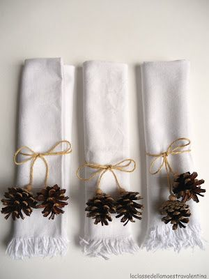 Burlap string and tiny pine cones wrap up white napkins for this Christmas table decoration.  Directions are in Italian, but looks easy anyway.  From http://laclassedellamaestravalentina.blogspot.fr/