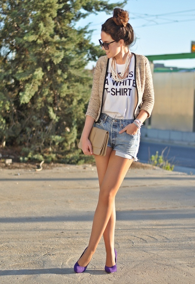 O básico short jeans + camiseta transformado em um look lindo e estiloso!