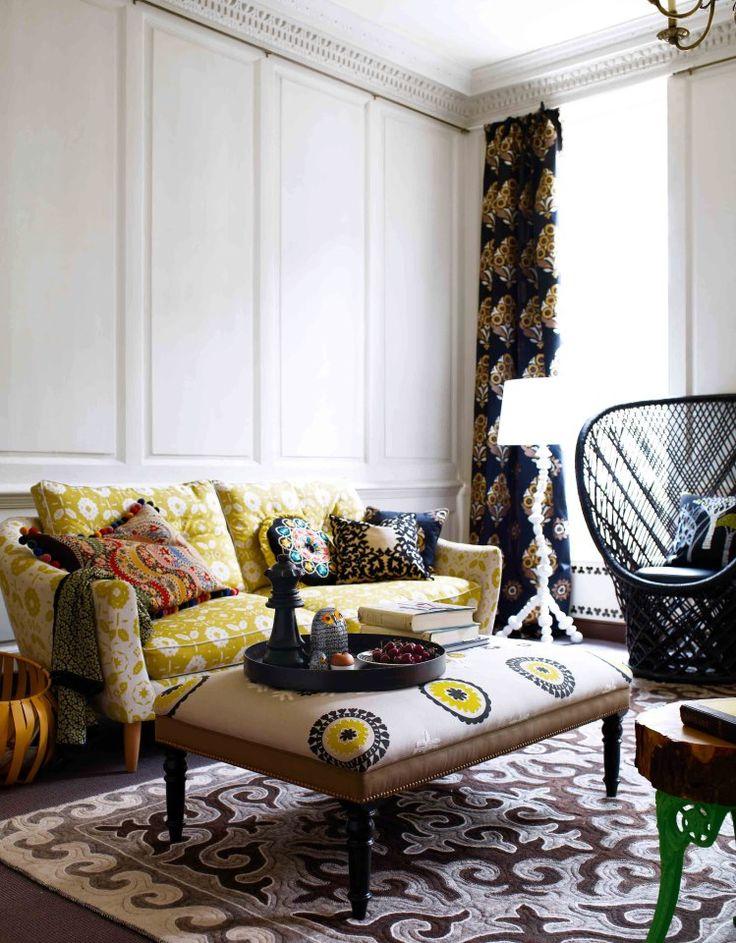 Una alfombra de dibujos grandes aporta carácter al suelo y atrae los muebles hacia el plano horizontal.  #Esmadeco.