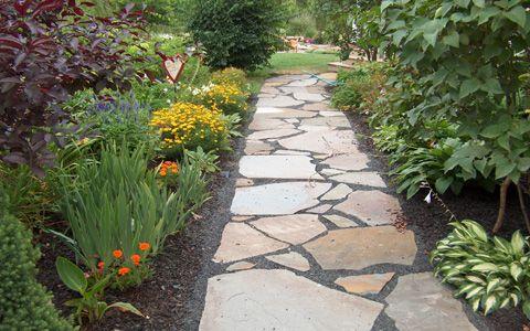 Come creare un vialetto lastricato in giardino istruzioni for Come disegnare un piano casa passo dopo passo