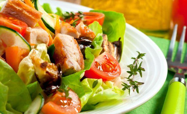 Ensalada de pollo al curry con frutas y vegetales de Veronica R.
