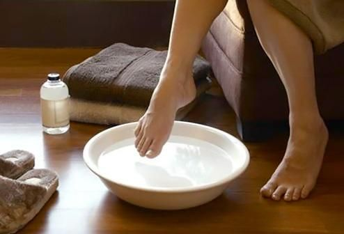 Soak your feet to get dry skin off. This works and makes your feet feel really good! Listerine: the BEST way to get your feet ready for summer. Mix 3/4 cup Listerine, 3/4 cup vinegar and 1 1/2 cups of warm water. Soak feet for 10 minutes and when you take them out the dead skin will practically wipe off!