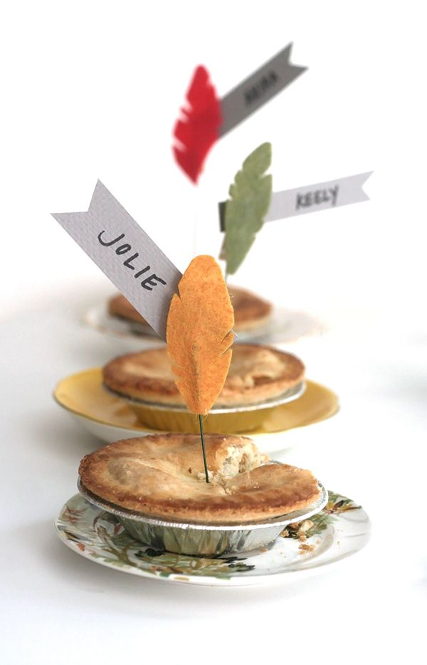 Loving these DIY Thanksgiving Feather Dessert Toppers/Name Cards from @Joy Uyeno | #FamilyThanksgiving