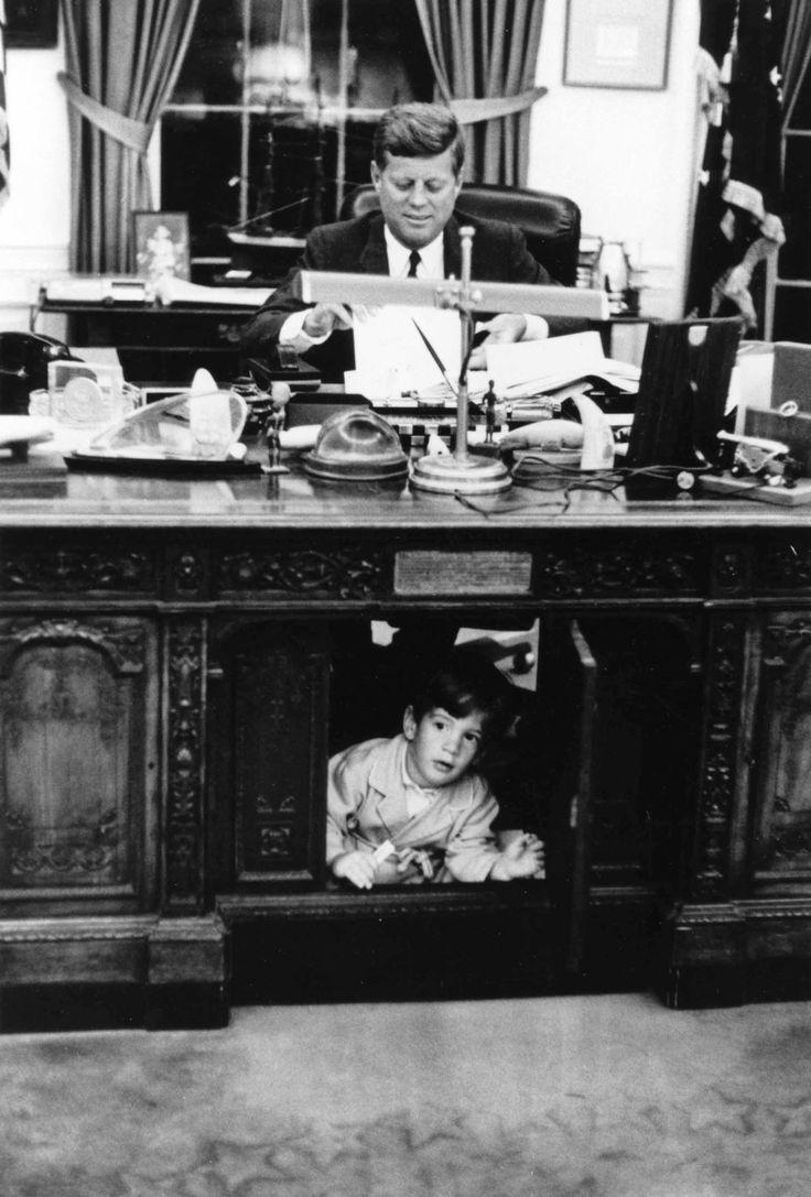 John F. Kennedy e John F. Kennedy Jr. nello Studio Ovale.