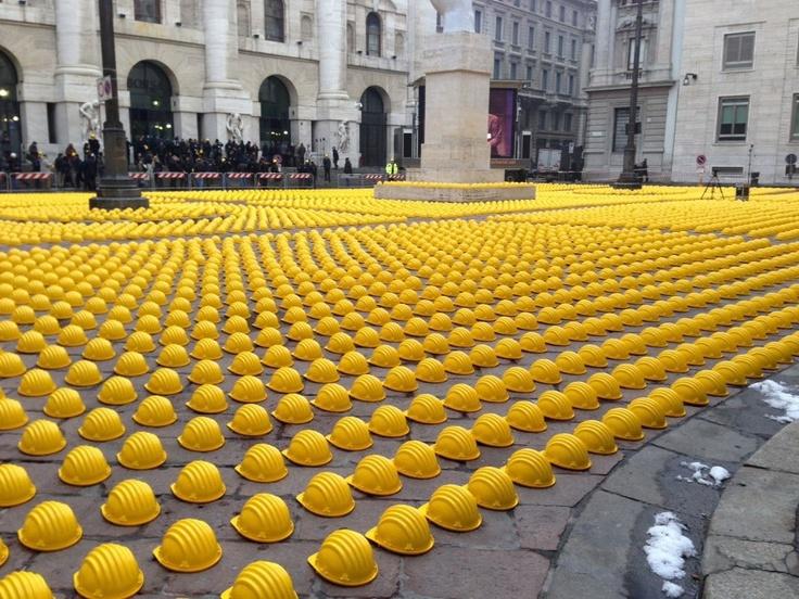 """centomila caschi gialli a Piazza Affari per il 'Collera Day""""..."""