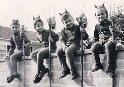 http://buzzsmile.com/wp-content/uploads/2013/10/scary-vintage-halloween-costumes/scary-vintage-halloween-costumes_700x491_b5f0.jpg