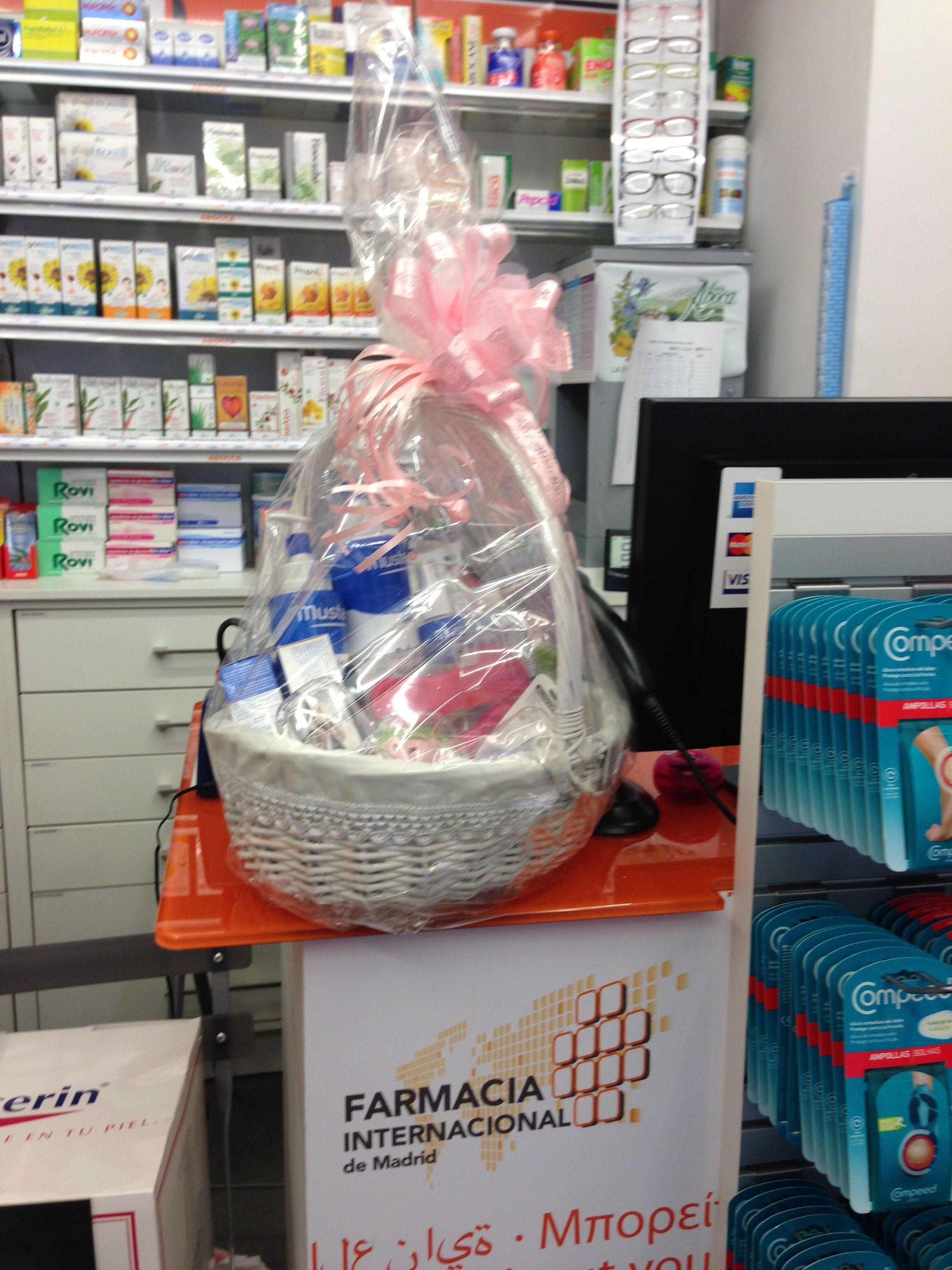 Cesta para regalo de bebés en Farmacia Internacional de Madrid