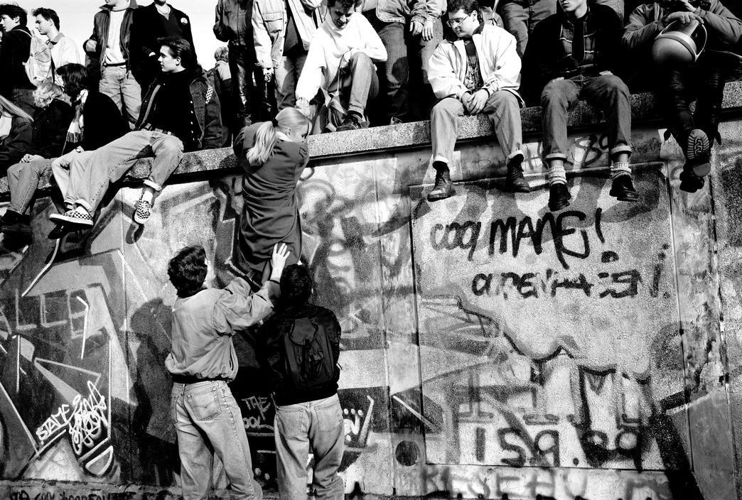 berlin wall coming down 20th century world history on berlin wall id=43948