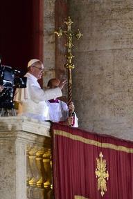 El papa Francisco I impone, por primera vez como Sumo Pontífice, la bendición 'urbi et orbi' a los presentes en la plaza de San Pedro del Vaticano.