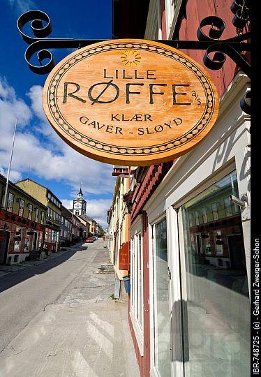 Cartello in legno appeso fuori di un negozio in Roero, ferro minerario città, patrimonio mondiale dell'UNESCO