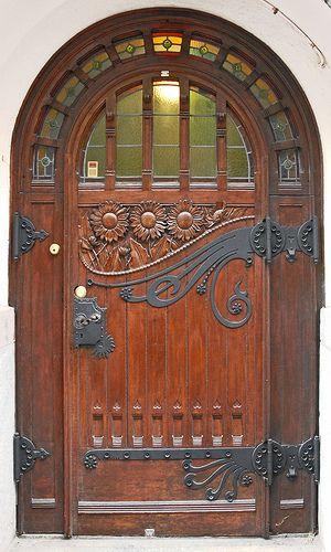 Porta di legno ad arco