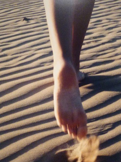 ... Camminare a piedi nudi Sulla sabbia ...