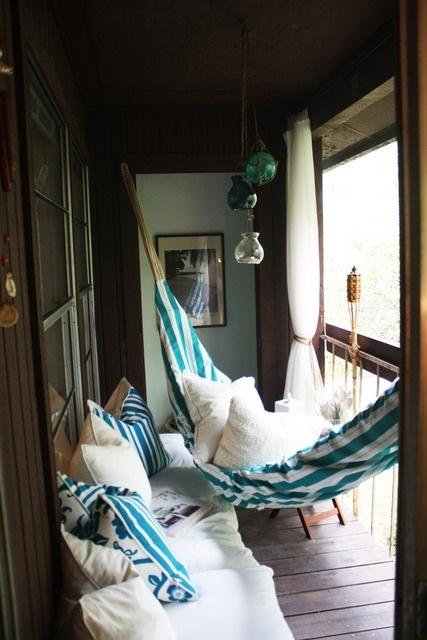 Love cozy little outdoor spaces!