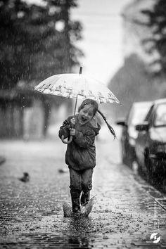 Si llueve y estás desesperado porque tus zapatos se te estropean, no dudes en ponerte en contacto con nosotros en: http://plantillascoimbra.com