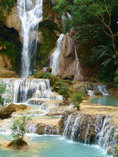 Laos - Les magnifiques chutes de Kuang Si près de Luang Prabang https://picsandtrips.wordpress.com/2014/04/03/une-falang-au-royaume-de-la-detente/