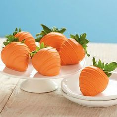 Sweet Easter Treats: Chocolate Covered Carrot Strawberries for Easter..adorable and yummy! #DIY #Easter