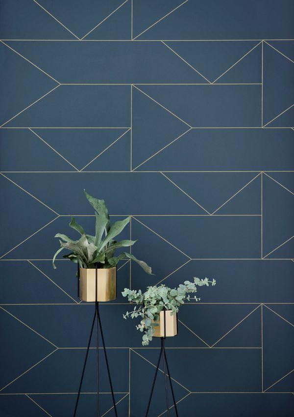 Gold veredelt: Grafische Linien an der Wand und stilvolle Gefäße für die Pflanzen. #pflanzenfreude #living