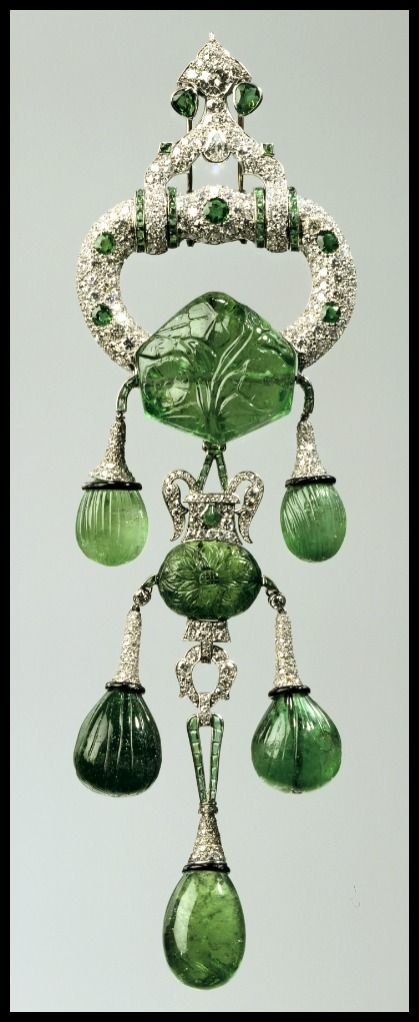 Marjorie Merriweather Post's Cartier pendant brooch with carved Mughal emeralds and diamonds, circa 1923. The largest emerald (250 carats!) dates to the 1600's!