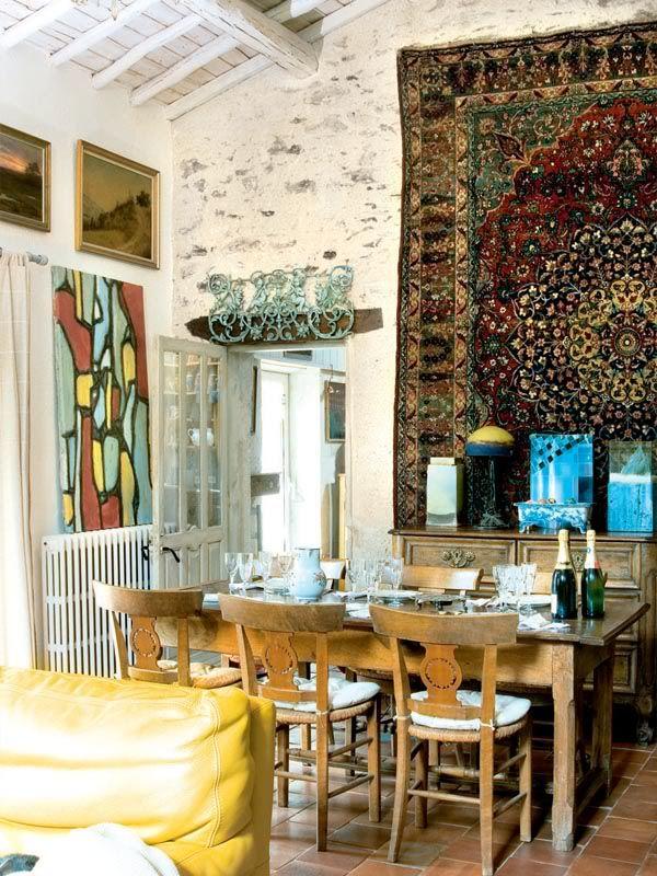 En este comedor una gran alfombra persa domina el conjunto convirtiéndose en un hermoso objeto de exposición. #Esmadeco.