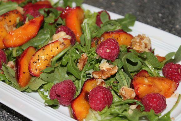 Salat mit Himbeeren und geschmolzenen Nektarinen