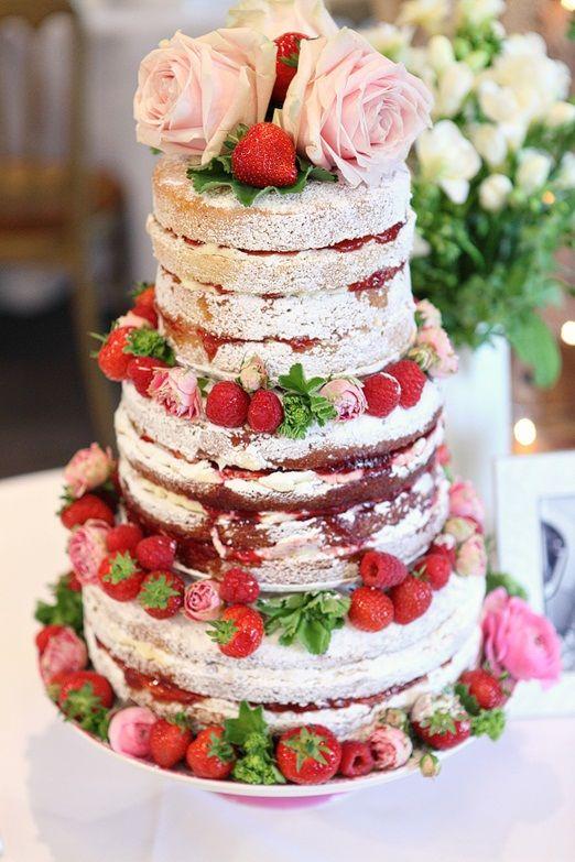 Tort cu aroma de capsune, impodobit cu trandafiri si capsune naturale ca idee de a-ti personaliza tortul de nunta