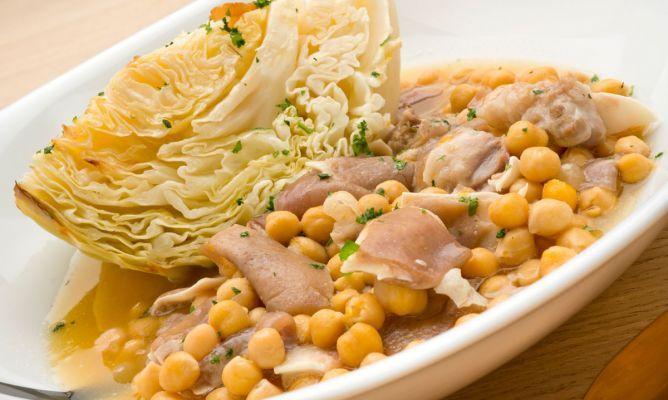Receta de Garbanzos con oreja y berza asada en hogarutil.com