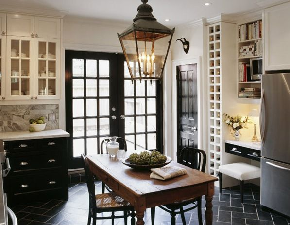What a cute kitchen... Great use of a smaller space!