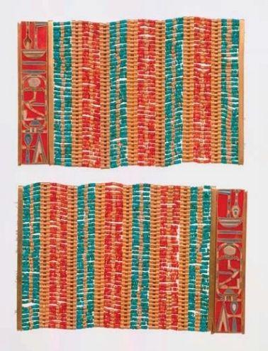 Bracelet manchette inscrit du nom du roi Amenemhat III, successeur de Sésostris III, et appartenant à la princesse Sithathoryunet, 12e dynastie, règne de Sésostris III, vers 1872-1854 av. J.-C., Égypte, el-Lahun, tombe de Sithathoryunet (BSA Tomb 8). Or, cornaline, turquoise. Circ. 12,5 ; l. 8,1 cm © New York, The Metropolitan Museum of Art
