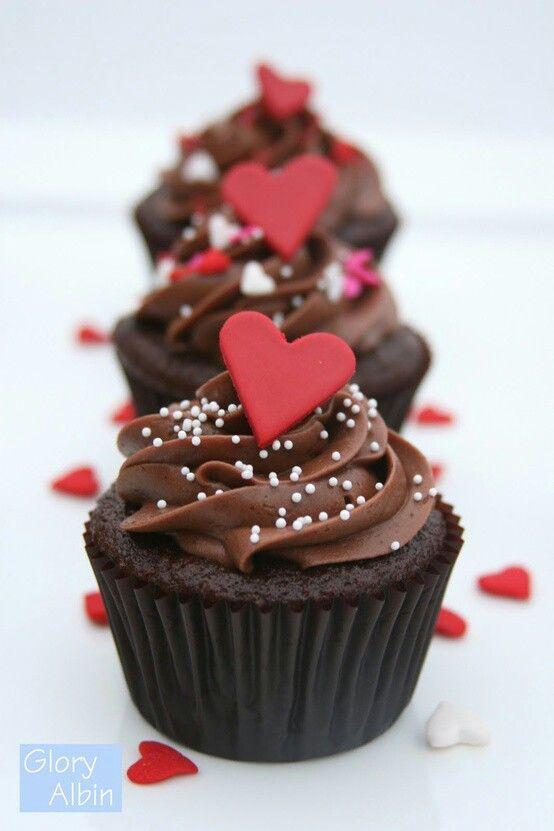 Cupcakes de chocolate con corazones para celebrar San Valentín