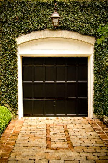 Cottage-style garage
