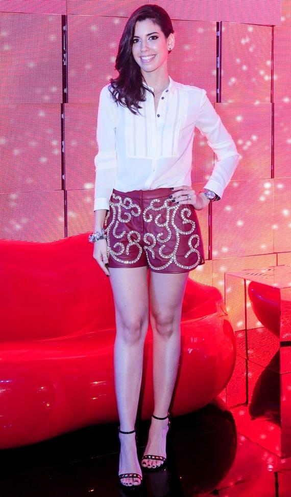 Camila Coutinho de shorts de couro bordado da Pat Bo, coleção circo.