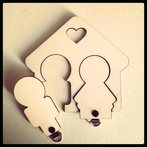 """Het His sleutelbord is een erg leuk cadeau bij een huwelijk of samenwonen.     Het bestaat uit 2 lagen 3mm acryl of hout waaruit een """"mannetje..."""