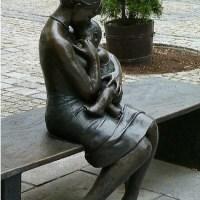 """ένα υπέροχο γλυπτό σε πλατεία μιας τσέχικης πόλης: """"Μητέρα και παιδί"""""""