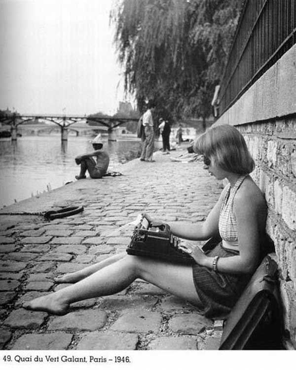 Cuando veo esta imagen, imagino lo difícil que era llevar tu maquina de escribir a todos lados para no perder inspiración, (Paris 1946), ahora las cosas son diferentes, gracias a la air book de iMac =)