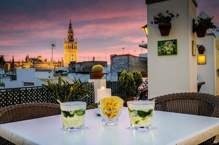 Mirad la fotografía que la página de Sevilla Viajes/Ocio ha elegido para ilustrar su publicación sobre las terrazas y azoteas de la capital hispalense... ¡Es nuestra magnífica terraza con vistas a la #Giralda! ¿Te imaginas tomando un mojito allí con el atardecer de fondo como en la imagen? #VeranoSevilla14