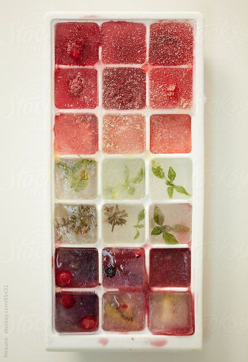 Ice cubes filled with fruit » Photo by Mosuno