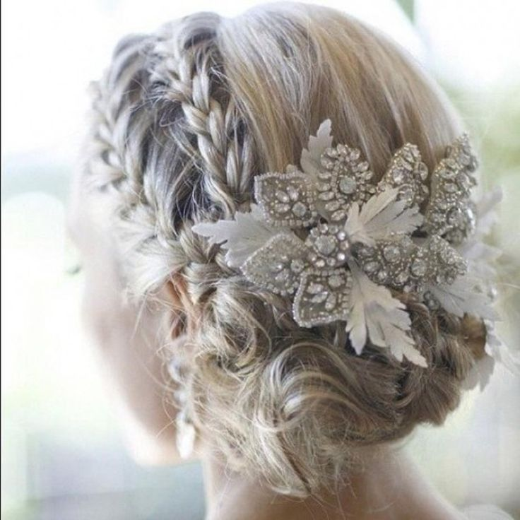 I absolutely love this hair #bun #updo. Also a great hairstyle for your wedding day!!