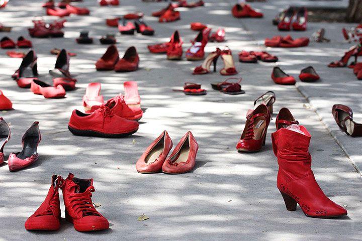 L'installazione Zapatos Rojos di Elina Chauvet composta da centinaia di scarpe rosse. Realizzata nel 2009 a Ciudad Juárez nello stato del Chihuahua e successivamente in altri stati del Messico e in Texas, l'installazione di scarpe, raccolte attraverso il passaparola, rappresenta le donne vittime di violenza in tutto il mondo. Una rete di solidarietà attivata attraverso un'opera d'arte pubblica che l'artista intende sviluppare in tutto il mondo, per dire basta alla violenza contro le donne.