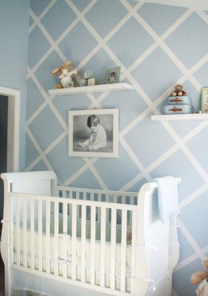 Habitación bebé azul con pared en rombos