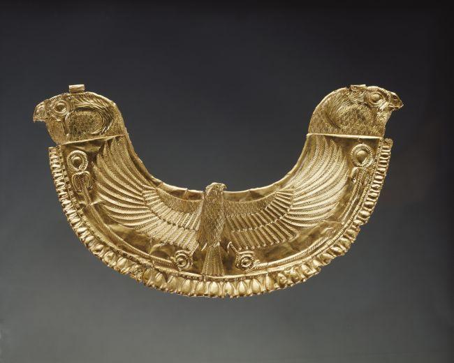 Pectoral de style égyptien décoré d'un faucon aux ailes déployées provenant de la nécropole royale de Byblos (Liban) - © 2013 Musée du Louvre/Christian Descamps