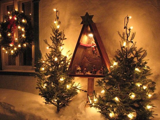 A beautiful wooden tree (build w/recycled wood) which is blank inside, allowing you to place the crib, or gifts, or only lights that will show dramatically in darkness ... Also when spend Christmas, you can place it in your garden, putting in small pots or even to convert caddy ... tools ...