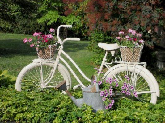 vecchie bici arrugginite ed inutilizzate che possono diventare stupende fioriere in stile retrò