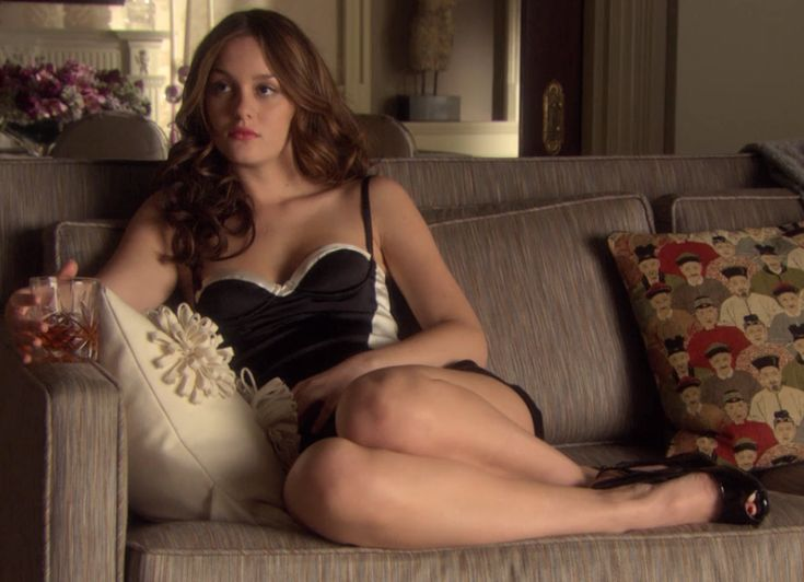 2x19 She looks lovely and scandalous.