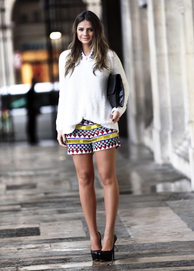 Thassia Naves veste: Short e camisa – Pat Bo | Tricô – Zara | Pump – Casadei | Clutch – Chanel Vintage | brinco – Talento
