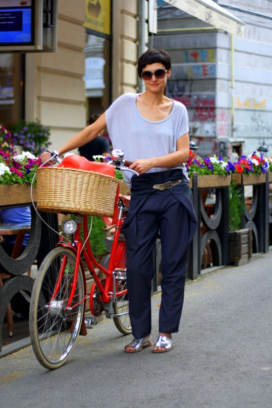 MISS CYCLE CHIC- baggy scoop shirt + short haircut. | Shared from http://hikebike.net