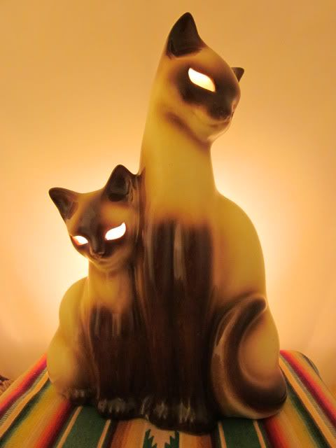 Vintage Siamese cat tv lamp with glowing eyes -- Mine had aqua rhinestone eyes that glowed